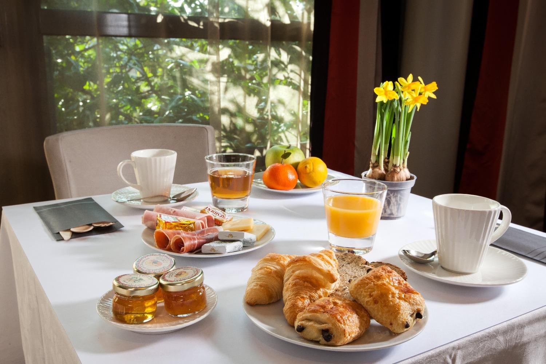 Pour commencer agréablement votre journée en Bourgogne, nous vous proposons  un copieux petit déjeuner servi sous forme de buffet, dans l espace ... ba895220dbdc